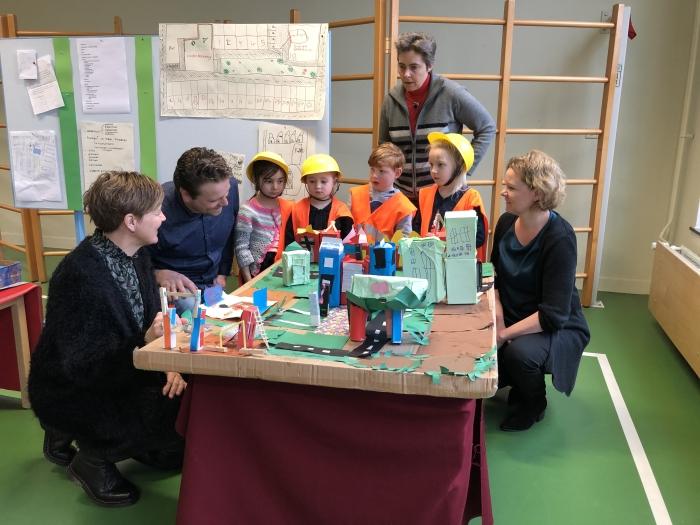 Kleuters OBS Anne Frank laten maquette zien aan Poort6