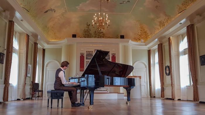 Pianist Wouter Harbers in de Oranjerie van Kasteel De Vanenburg. Frans-Jan Snoek © BDU media