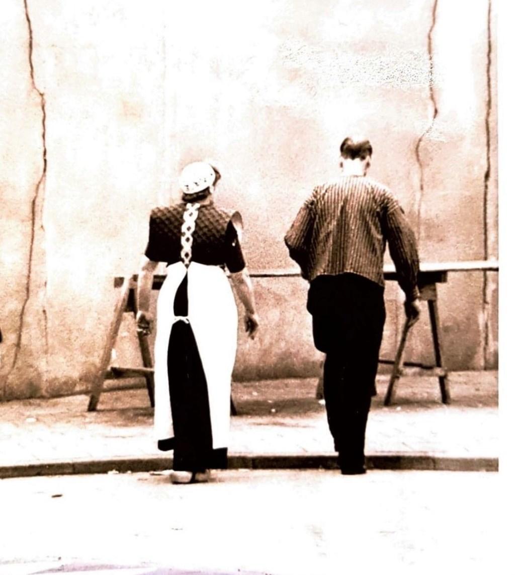 Het echtpaar Korlaar bouwt hier hun marktkraam op.  Historische vereniging Hardinxveld © BDU media