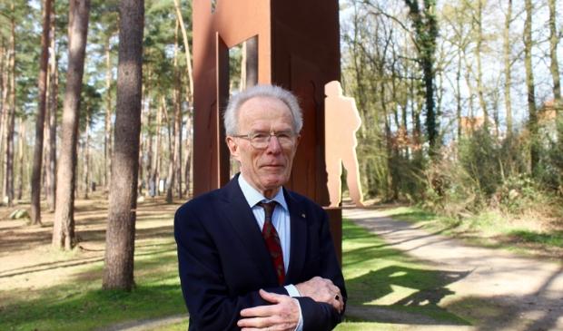 Jan Slomp bij het monument voor schuilplaatsverleners, van kunstenaar Eric Claus, in het bos schuin tegenover de ingang van Kamp Amersfoort.