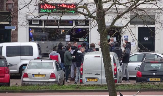 Er stonden lange rijen voor de coffeeshops vrijdag, toen bekend werden dat alles dicht moest.