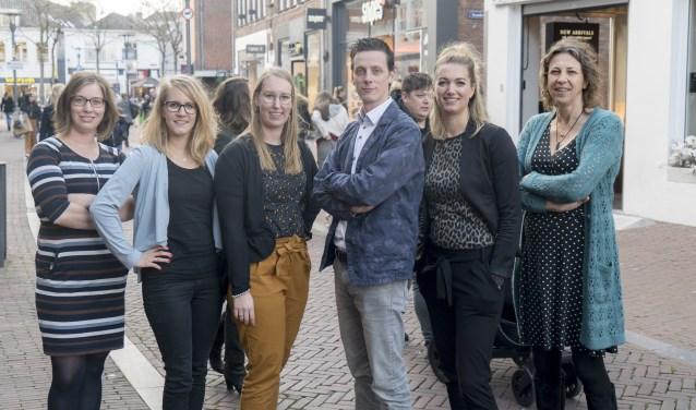 Het team van het Geldloket staat ook tijdens de coronacrisis voor u klaar. Tweede van rechts is consulent Annelies Brasjen. Foto: Baretta Media.