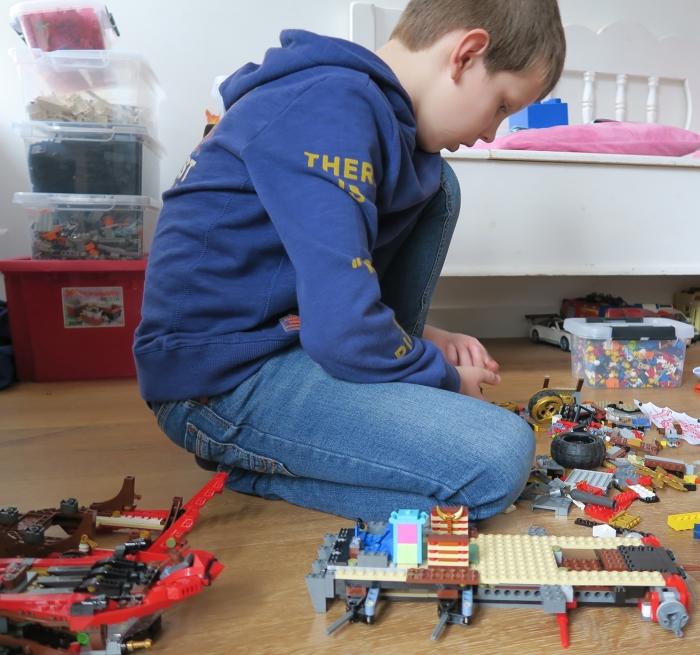 Gijs spelend met Lego®