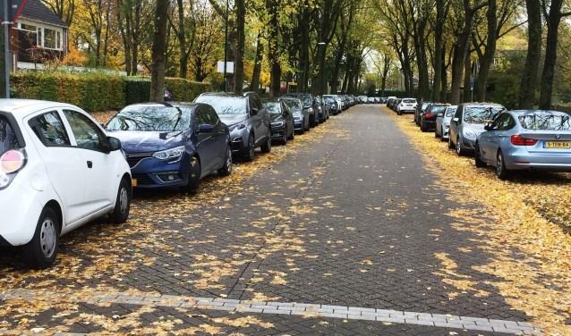 J.F. Kennedylaan aan beide zijden vol geparkeerde auto's