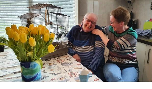 Akke kietelt Theo in zijn nek, waarop hij in lachen uitbarst Irene van Valen © BDU media