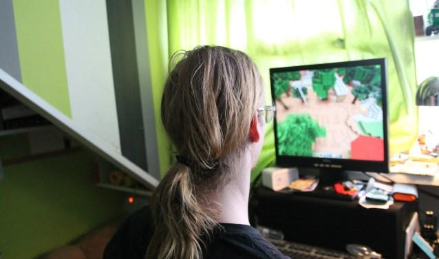 Justiaan maakt samen met een scoutingvriend het gebouw en de omgeving van Ridder Fulco na in een Minecraftserver.