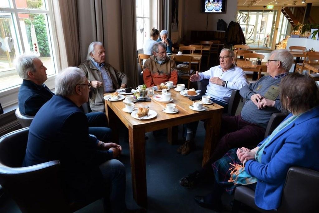 Co Michielse (met witte trui) was ruim twintig jaar het gezicht van de UVV Klussendienst. Harry Koelewijn © BDU Media