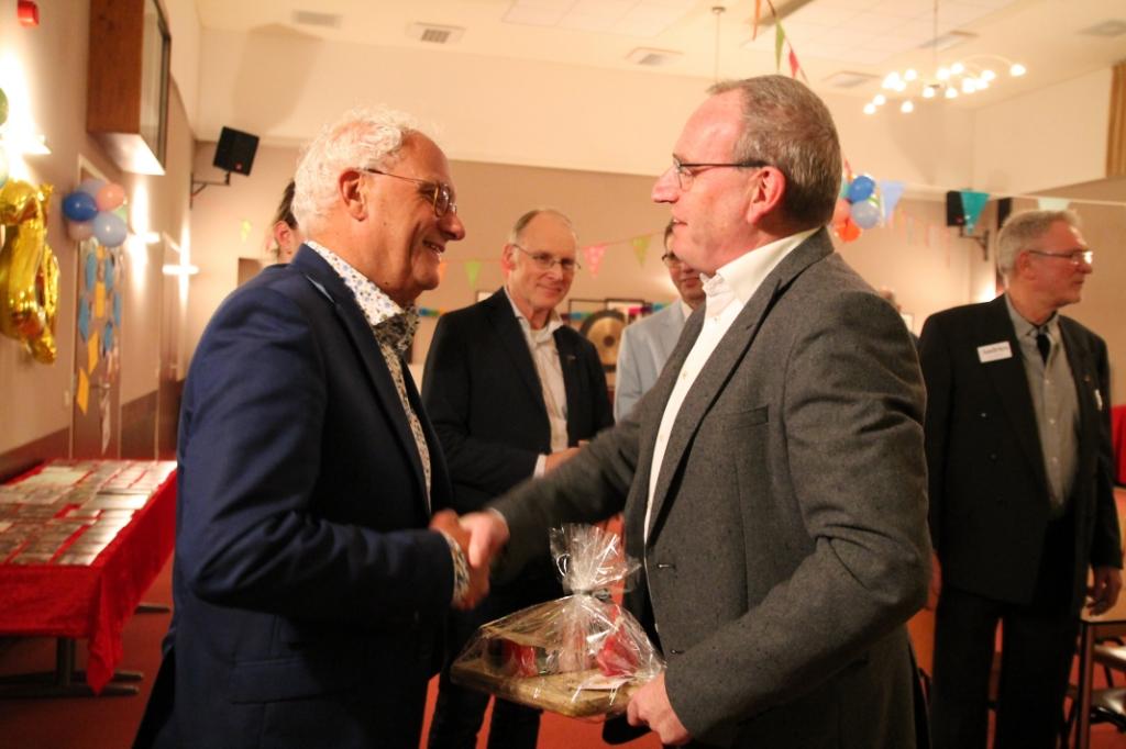 Pieter de Kruif feliciteert voorzitter Gert van Dijk tijdens de receptie Hannie van de Veen © BDU media