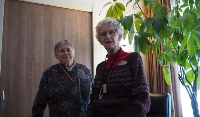 De bijna 80jarige Greet van Oosterom (rechts) met één van de bezoekers van de hersengym.