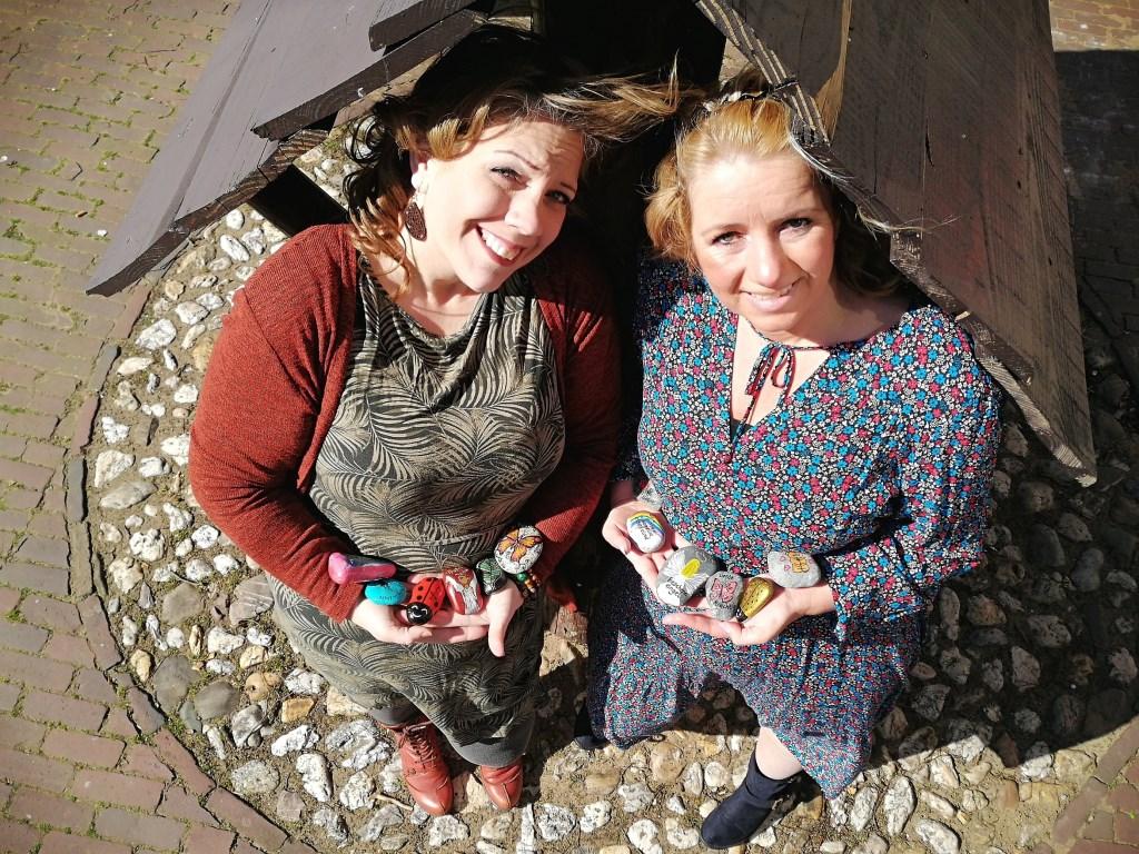 De stenen van YouRock! worden door Esther Schutte en Gerrie de Wolf overal achtergelaten.