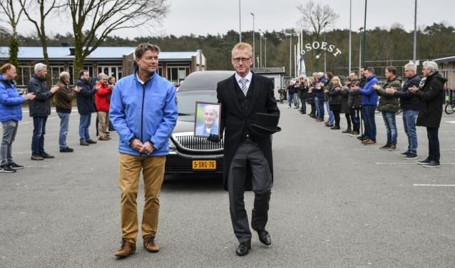 Laatste eer voor Paul Martens bij SO Soest tijdens de uitvaart die vanwege het coronavirus in besloten kring moest plaatsvinden.