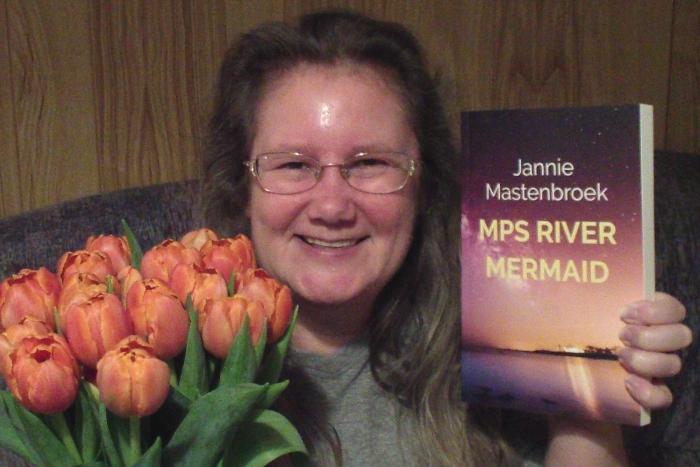 Jannie Mastenbroek met haar boek MPS River Mermaid