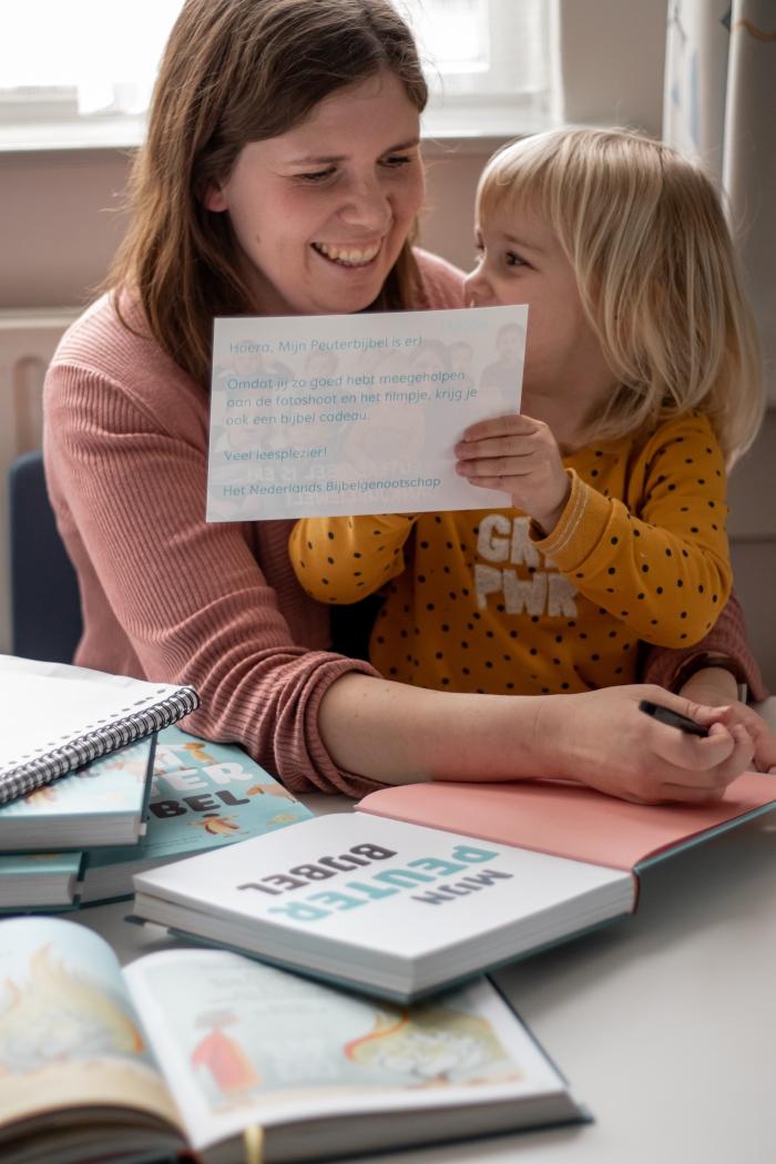 Na de PeuterbijbelParty konden de kinderen een echte peuterhandtekening scoren Shanna Didi Visuals © BDU media