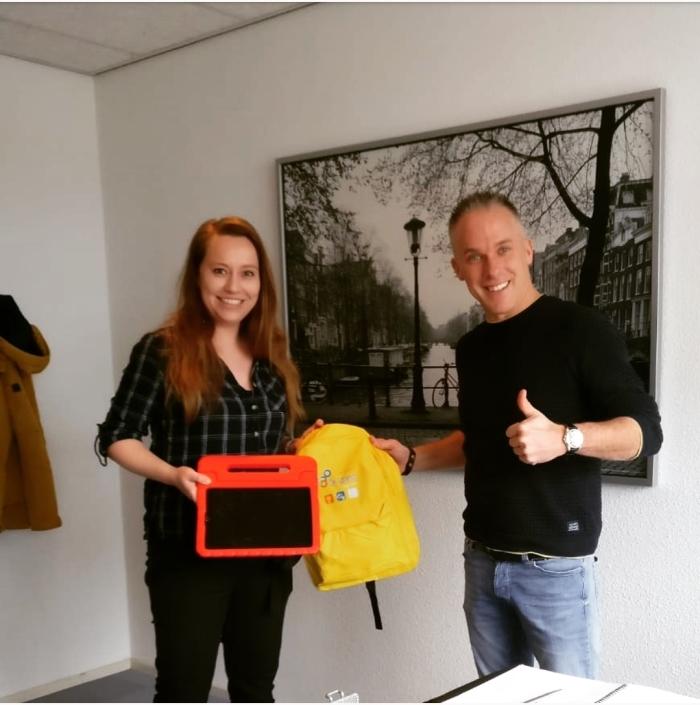 Jessica Bouw-Merts, directrice Kindcentrum De Spreng overhandigt iPads aan Zorgcentrum Neboplus