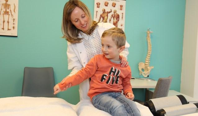 Chiropractor Heather Hanson in haar praktijk in Werkhoven