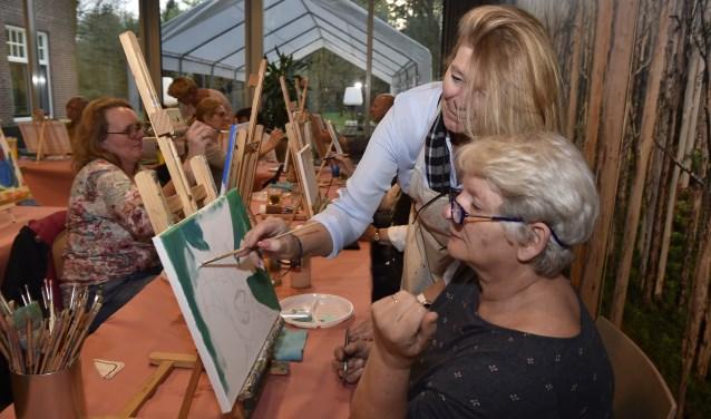 Kunstenares Karina Wijnen geeft weer een workshop schilderen.