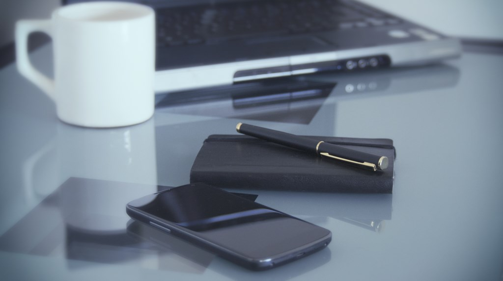 Laptop of telefoon (en koffie): meer hebben Scherpenzeelse ondernemers niet nodig om om de coronadesk van de gemeente Barneveld te bereiken.
