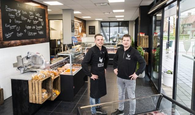 Tijs de Koning (rechts) met Bob Metzelaar in Kip & Zo, de nieuwe winkel in Barneveld.