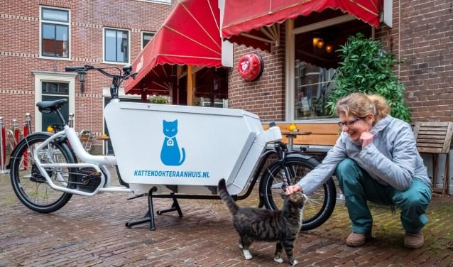 Dierenarts Janneke Moedt bezoekt al haar patiënten per bakfiets.