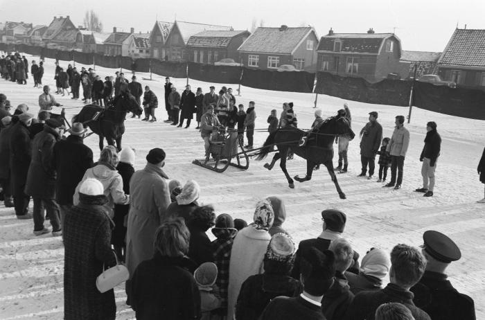 Febr. 1956 Arreslee op de kom in Halfweg Nationaal archief © BDU media