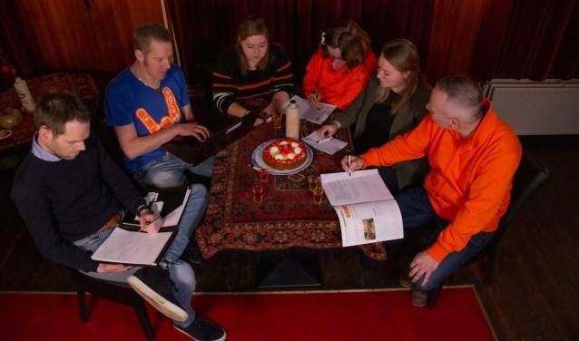 De vragenmakers: Frank Putman, Hans Berkhof, Tessa Kruijer, Dita Haze, Jessie Kok en Cees Henzen.