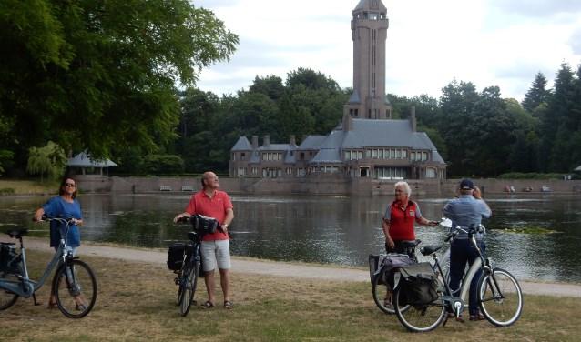 Bezoekers bij jachtslot Sint Hubertus in park De Hoge Veluwe.