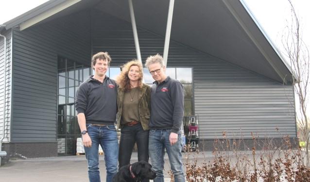 Martin, Jeannette en Maarten Wolswinkel met winkelhond Mees.