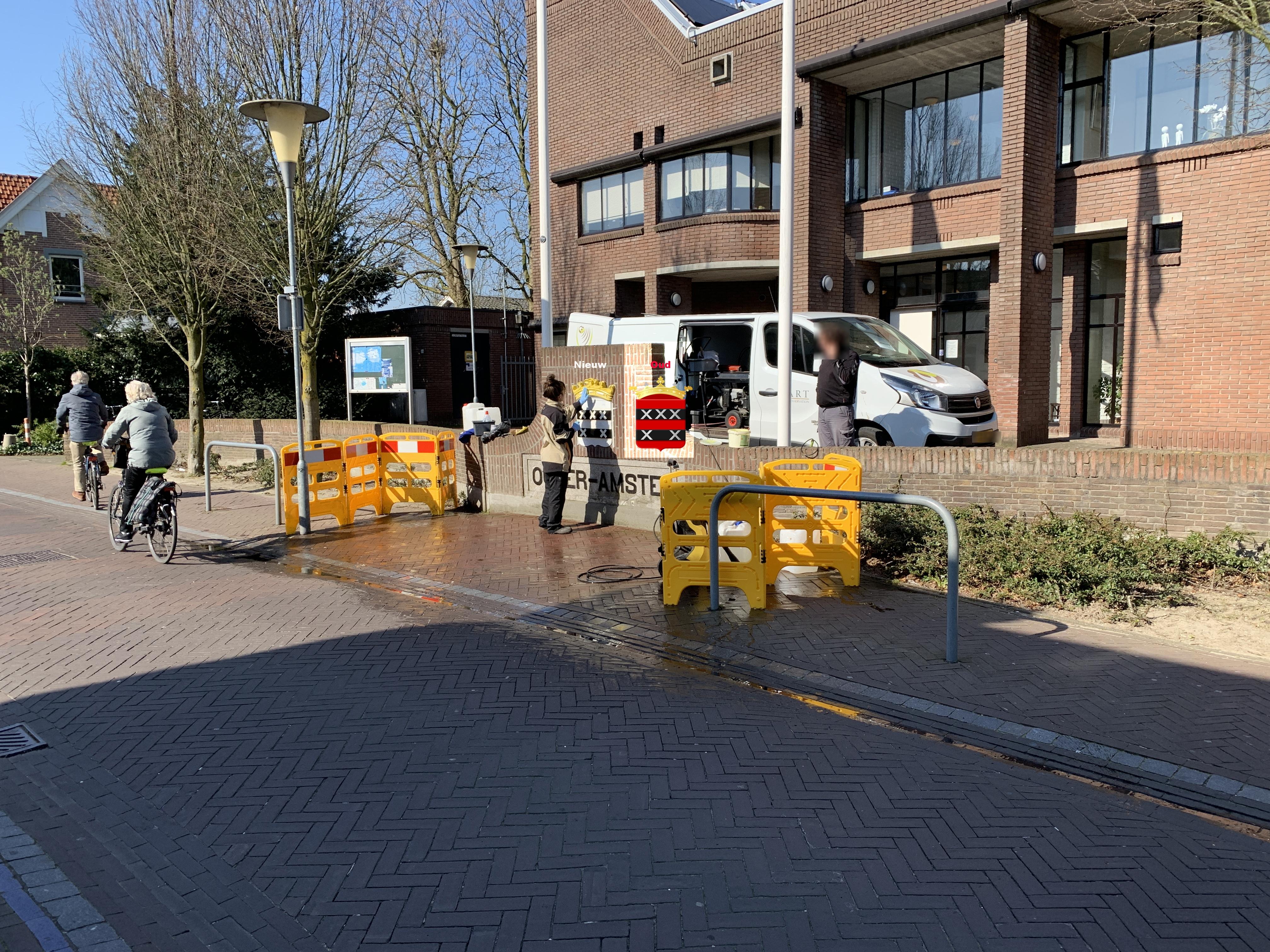 Renovatie van het gemeente wapen voor het gemeentehuis in Ouderkerk aan de Amstel