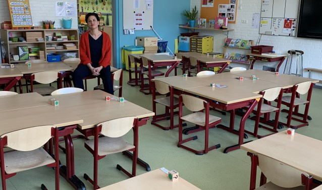 Directeur Scarlett Braat van basisschool de Bijenkorf in een leeg klaslokaal