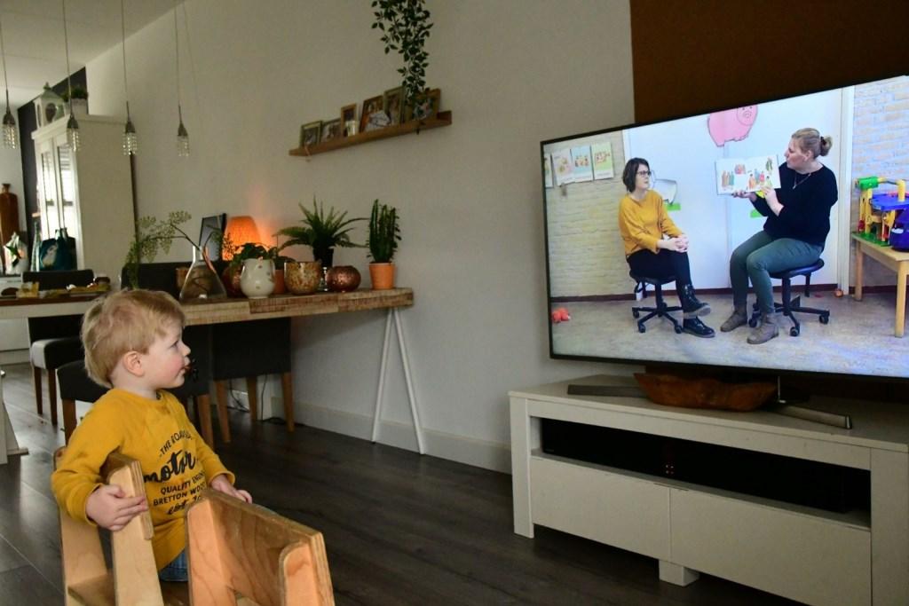 Sem van Donkersgoed kijkt naar de video van zijn peuterspeelzaaljuffen. Donkersgoed Multimedia © BDU media