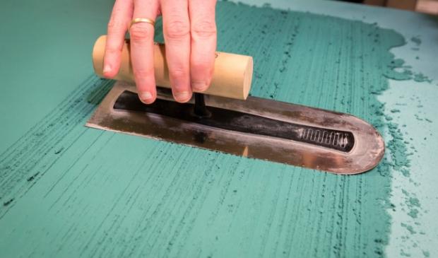 Ook met een spaan kun je een structuur aanbrengen op je wand. Jaap van Rijn/KlusVisie © BDU media