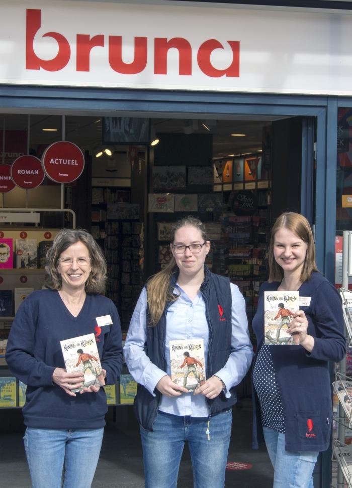 Drie medewerksters van Bruna met het boek van Terlouw.