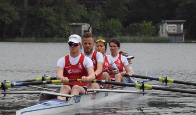 Thom Kuus, voor in de boot, stelt alles in het werk voor deelname aan de Paralympics.
