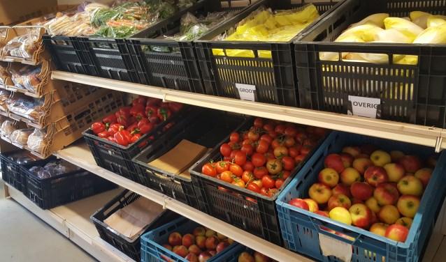 Producten in de schappen bij de voedselbank (Archieffoto).