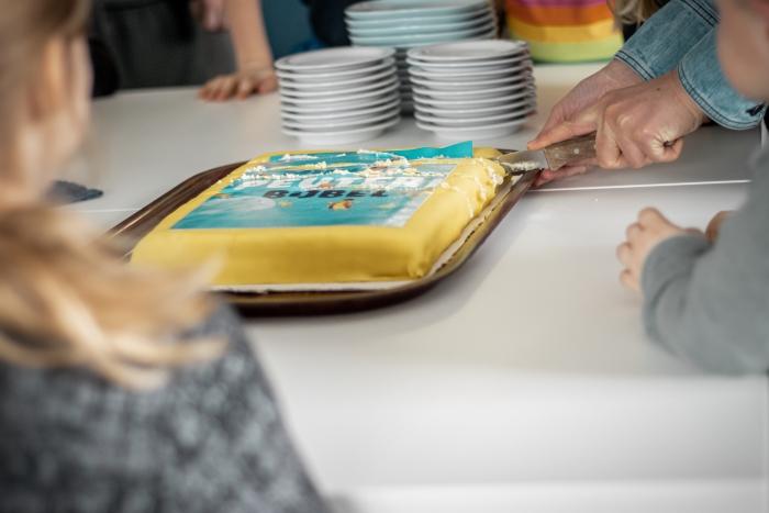 Na de boekpresentatie was er taart voor alle peuters en hun ouders Shanna Didi Visuals © BDU media