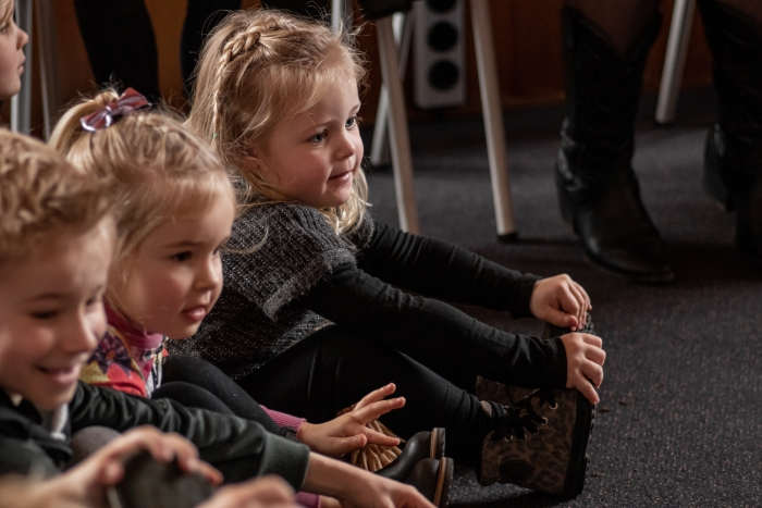 Kinderen luisteren naar het verhaal bij de PeuterbijbelParty Shanna Didi Visuals © BDU media