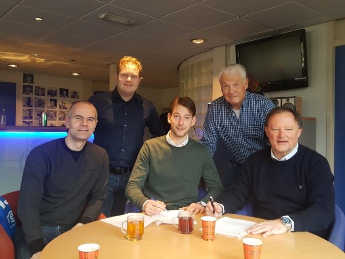 Frank Bruijnis en Arjan Hoeffnagel tekenen onder toeziend oog van de bestuursleden Peter van Loon, Ron van der Plaats en Michiel Heijmans.  Peter Beijer © BDU media