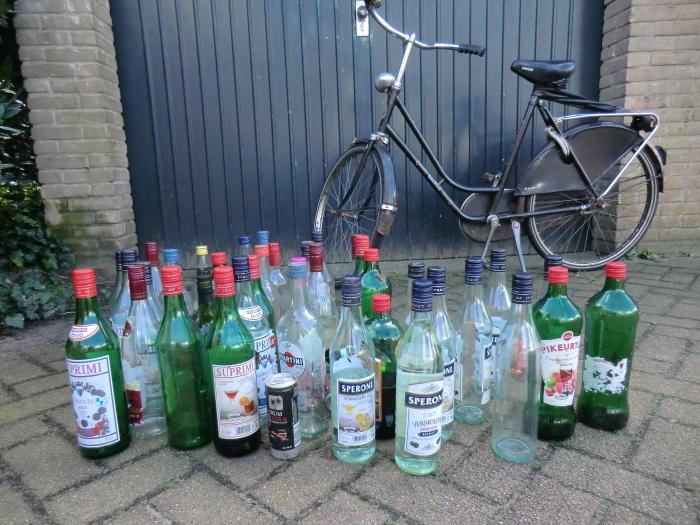 Oude fiets en drankflessen Remco van de Kamp © BDU Media