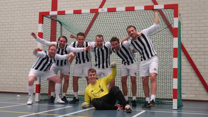 Zaalvoetbalteam Bourgondische Goal Diggers is kampioen. Van links naar rechts: Jelle den Toom, Kevin den Toom, Patrick van Zuijdam, Bryant Smit (keeper), Jeroen Aantjes, Niels Meerkerk en Wesley Meijwaard.