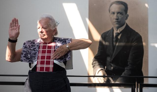 Spakenburgse Diva Hendrikje met een portretfoto Piet Mondriaan in Mondriaanhuis.