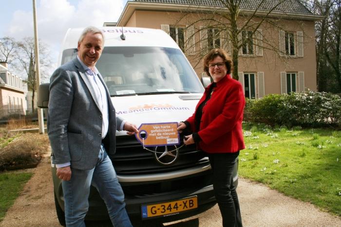 Annelies Barendregt, coördinator van de belbusorganisatie en wethouder Hans Waaldijk