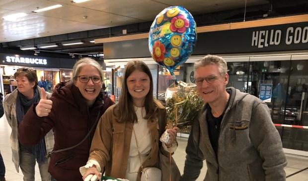 Josephine werd op Schiphol door verwelkomd door haar ouders die ook dagen in spanning hadden gezeten.