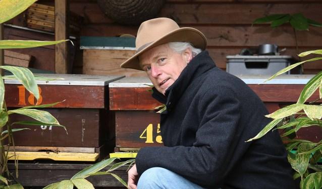 Imker Bas Sprengers adviseert tuinbezitters onder meer lindebomen te planten en asters te zaaien.