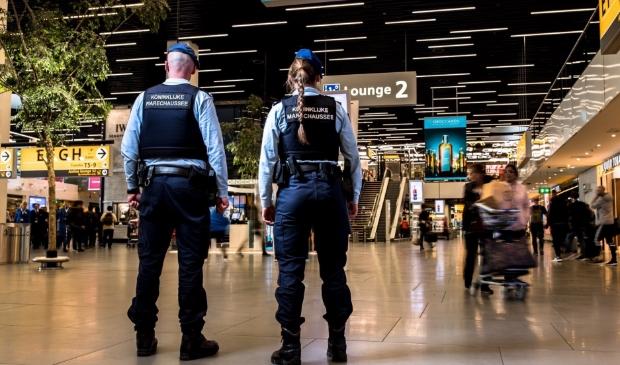 Beveiligers van de marechaussee op Schiphol.