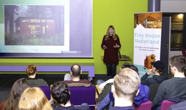 'Tiny house pionier' Marjolein Jonker verzorgde dinsdagavond een lezing in de Barneveldse bibliotheek.