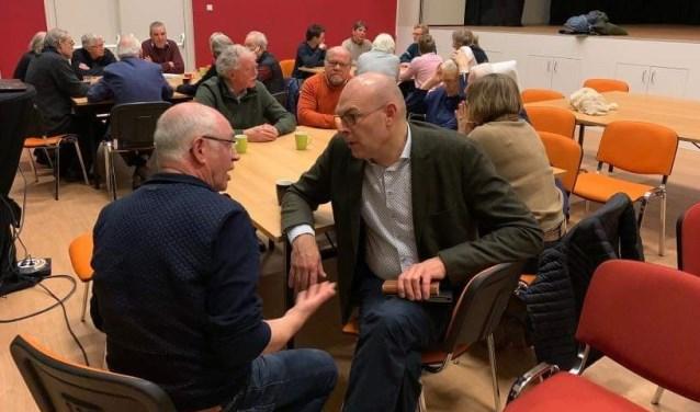 Wethouder Gerrit Boonzaaijer toont zich een geïnteresseerde gesprekspartner.