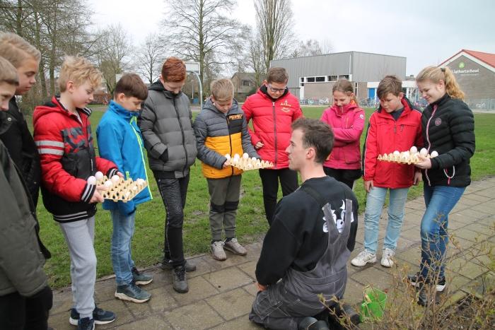 Boer Elton geeft uitleg over eieren Jan Ligthartschool © BDU media