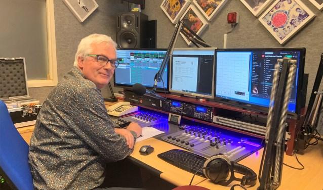 Kees Veerling in de radiostudio van BaarnFM.