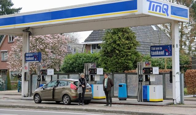 Wout Karelse en Joke van den Essenburg bij de pal bij woonhuizen gesitueerde TinQ benzinepompen.