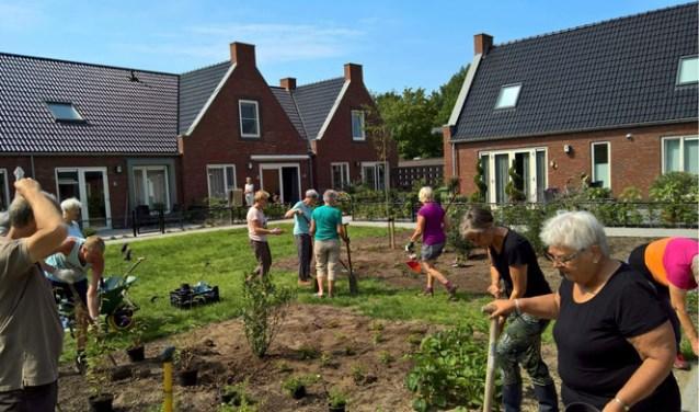 Bewoners van een Knarrenhof in Zwolle aan het werk in de gezamenlijke tuin.